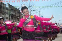 Dança tailandesa tradicional no festival 'Boon Bang Fai' de Rocket Imagens de Stock