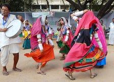Dança tribal das mulheres indianas do lamabada imagens de stock royalty free