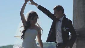 Dança Wedding os recém-casados estão dançando na margem video estoque