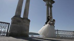 Dança Wedding os recém-casados estão dançando na margem dança dos noivos perto do lago azul pitoresco filme