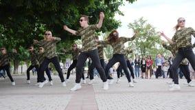 Dançando na rua do grupo talentoso das meninas e dos indivíduos, os jovens do passatempo pela rua dançam, dançam o adolescente fe filme