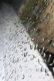 Dançando os pingos de chuva fascinantes fotografia de stock