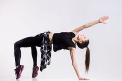 Dançarino adolescente que faz o exercício da ponte Fotografia de Stock Royalty Free