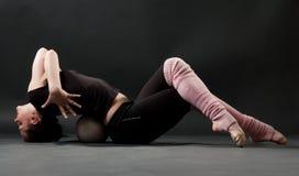 Dançarino bonito com esfera Imagens de Stock Royalty Free
