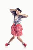 Dançarino bonito da menina do estilo moderno que levanta no fundo branco isolado Fotografia de Stock
