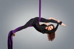 Dançarino bonito na seda aérea, contração aérea Fotos de Stock Royalty Free