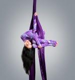 Dançarino bonito na seda aérea, contração aérea, fitas aéreas, sedas aéreas, tecidos aéreos, tela Imagens de Stock Royalty Free