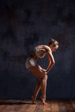 Dançarino bonito novo na dança bege do roupa de banho Fotos de Stock