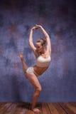 Dançarino bonito novo na dança bege do roupa de banho Fotos de Stock Royalty Free