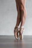 Dançarino bonito novo que levanta no estúdio imagens de stock