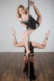 Dançarino bonito que faz truques acrobáticos difíceis com um polo foto de stock royalty free