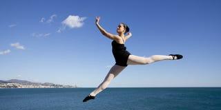 Dançarino clássico gracioso que salta no céu Fotografia de Stock