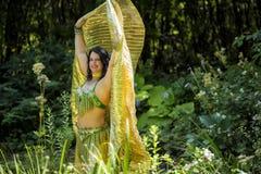 Dançarino com as asas douradas do Isis Imagens de Stock Royalty Free