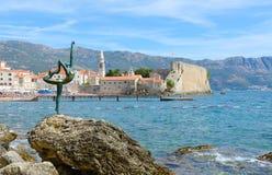 Dançarino da bailarina da escultura de Budva no fundo da cidade velha, Budva, Montenegro foto de stock royalty free
