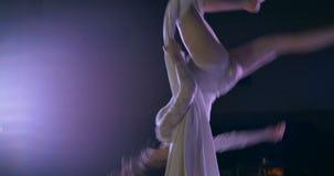Dançarino da mulher na seda aérea branca, contração aérea filme