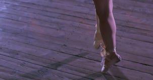 Dançarino da mulher na seda aérea branca, contração aérea vídeos de arquivo