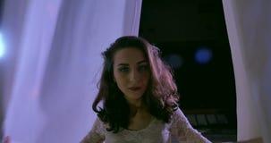 Dançarino da mulher na seda aérea branca, contração aérea desaparece video estoque