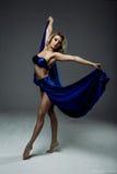 dançarino da mulher que veste a saia azul fotografia de stock royalty free