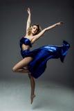 dançarino da mulher que veste a saia azul foto de stock