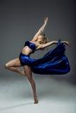 dançarino da mulher que veste a saia azul fotos de stock royalty free