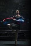 Dançarino de bailado fêmea novo que mostra lhe a benevolência Fotografia de Stock Royalty Free
