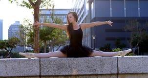Dançarino de bailado fêmea que estica antes de dançar 4k vídeos de arquivo