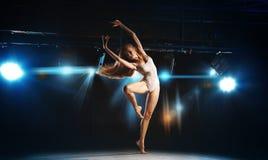 Dançarino de bailado louro novo encantador que levanta na fase Imagem de Stock