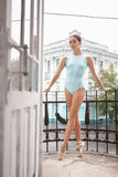 Dançarino de bailado moderno novo que levanta no balcão da fotos de stock royalty free
