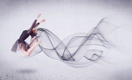 Dançarino de bailado moderno que executa com o redemoinho abstrato Fotos de Stock Royalty Free