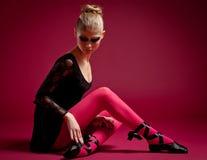 Dançarino de bailado no vestido preto no fundo vermelho Foto de Stock Royalty Free
