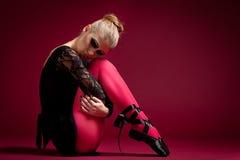 Dançarino de bailado no vestido preto no fundo vermelho Fotos de Stock Royalty Free