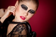 Dançarino de bailado no vestido preto no fundo vermelho Imagem de Stock