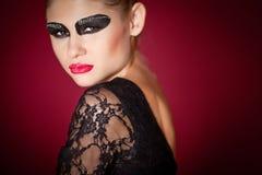 Dançarino de bailado no vestido preto no fundo vermelho Foto de Stock