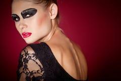 Dançarino de bailado no vestido preto no fundo vermelho Fotos de Stock