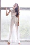 Dançarino de bailado novo - mulher bonita harmoniosa que levanta no estúdio imagens de stock