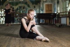 Dançarino de bailado novo que pratica na classe Fotografia de Stock Royalty Free