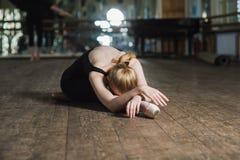 Dançarino de bailado novo que pratica na classe Fotos de Stock