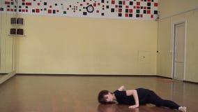 Dançarino de bailado que aquece-se em um estúdio com espelhos Classe do balé clássico filme