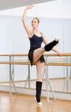 Dançarino de bailado que dança perto da barra no estúdio imagem de stock royalty free