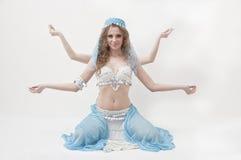 Dançarino de barriga bonito que levanta no fundo branco Fotos de Stock