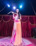 Dançarino de barriga exótico Standing na fase com serpente Imagens de Stock