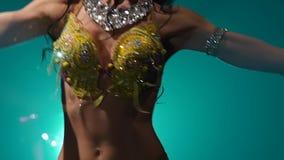 Dançarino de barriga oriental tradicional do torso da menina Fume o fundo Movimento lento Fim acima vídeos de arquivo