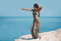 Dançarino de barriga tribal da mulher do estilo fora imagens de stock