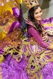 Dançarino de Sinulog com o traje roxo bonito fotografia de stock royalty free