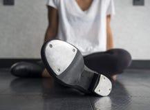 Dançarino de torneira que relaxa na classe de dança imagem de stock