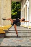 Dançarino delgado bonito da mulher dos esportes em um terno e em um pointe pretos Foto de Stock Royalty Free