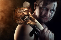 Dançarino descamisado ou ator do homem com máscara assustador, assustador fotografia de stock