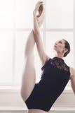 Dançarino do balé clássico na separação que estica, retrato Imagens de Stock Royalty Free