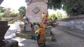 Dançarino do Balinese no meio dos templos velhos em Bali filme