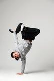 Dançarino do hip-hop sobre o fundo cinzento Fotografia de Stock Royalty Free